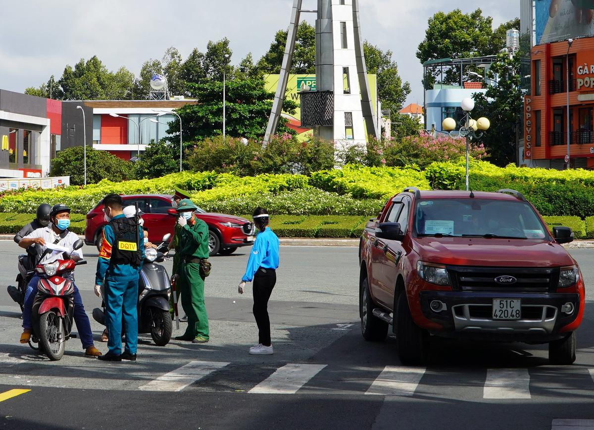 Kiểm tra giấy đi đường tại chốt trên đường Nguyễn Bỉnh Khiêm, quận 1, ngày 23/8. Ảnh: Gia Minh