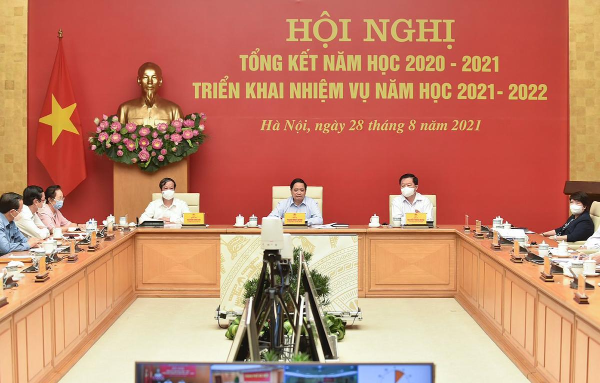 Thủ tướng Phạm Minh Chính (giữa) chủ trì hội nghị tổng kết năm học 2020-2021 sáng 28/8. Ảnh: MOET