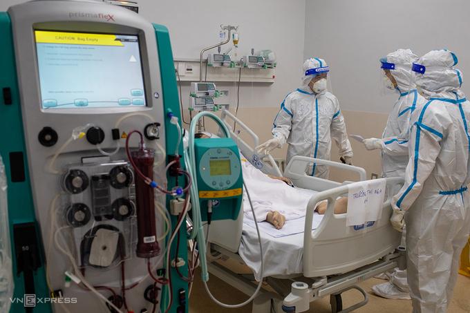 Điều trị bệnh nhân tại Bệnh viện Hồi sức Covid-19, TP Thủ Đức, ngày 20/7. Ảnh:Thành Nguyễn