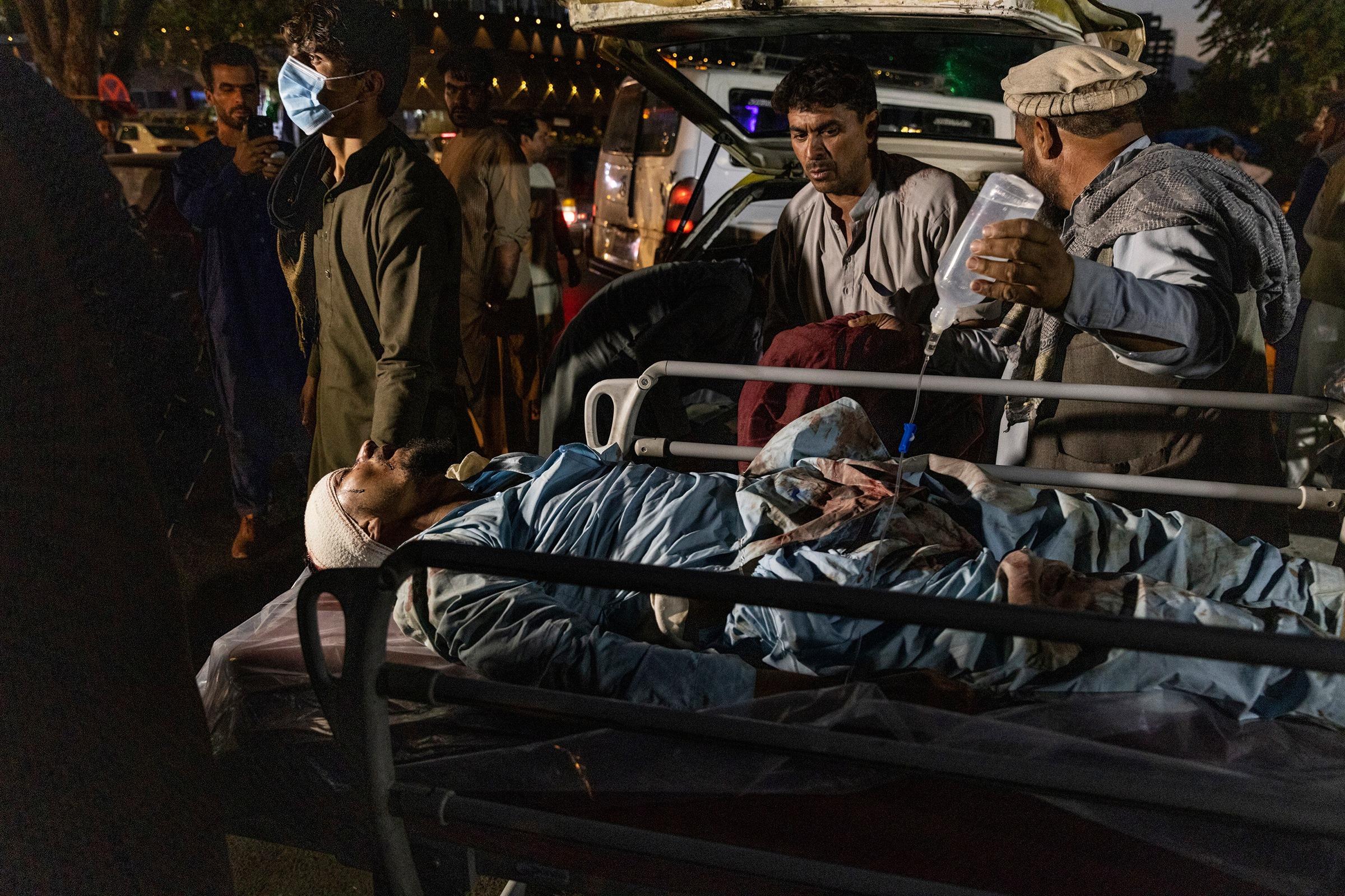 Nạn nhân vụ đánh bom sân bay Kabul ngày 26/8 được chuyển đến bệnh viện thành phố. Ảnh: NYT.