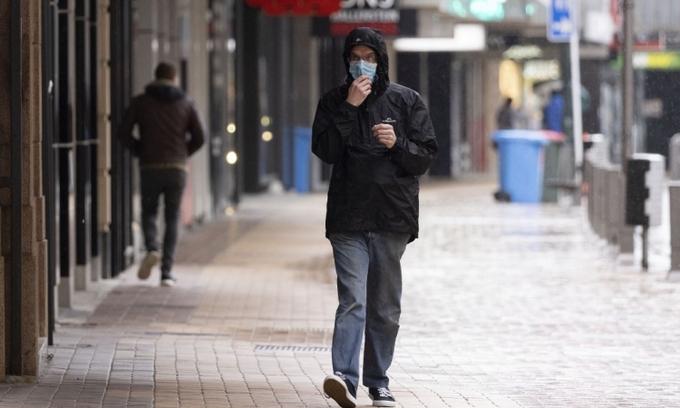 Người dân đi lại trên đường phố Wellington, New Zealand, hôm 18/8. Ảnh: AFP.