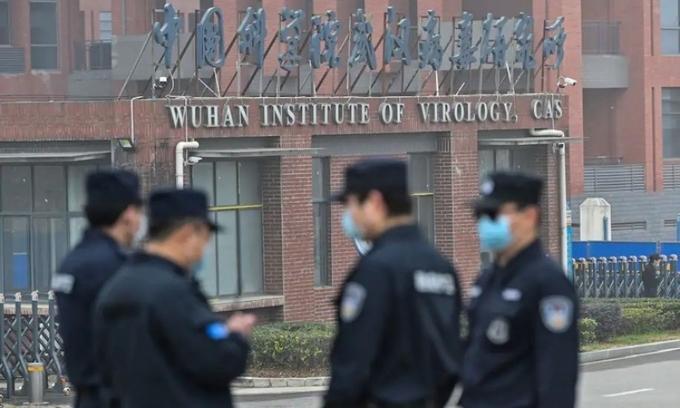 Nhân viên bảo vệ đứng bên ngoài Viện Virus học Vũ Hán hồi tháng hai. Ảnh: AFP.