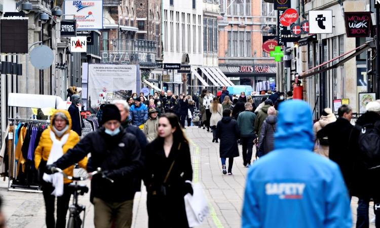 Người dân đi lại trên đường phố ở Copenhagen, Đan Mạch, hôm 1/3. Ảnh: Reuters.