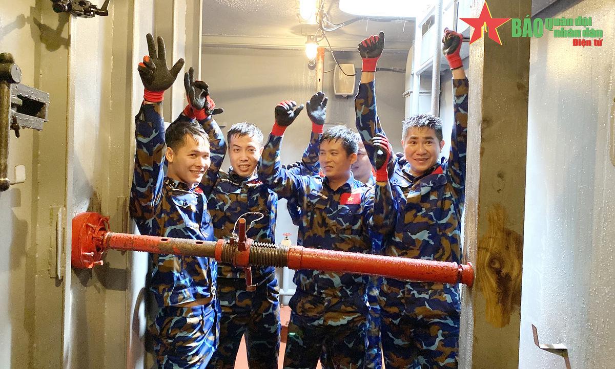 Thành viên kíp tàu 015 Trần Hưng Đạo sau khi hoàn thành nội dung thi hôm 27/8. Ảnh: QĐND.