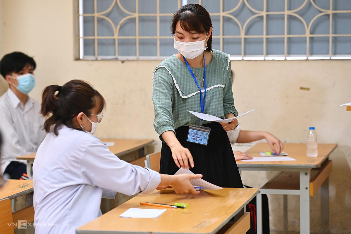 Giáo viên coi thi tốt nghiệp THPT hôm 7/7 tại Hà Nội. Ảnh: Giang Huy