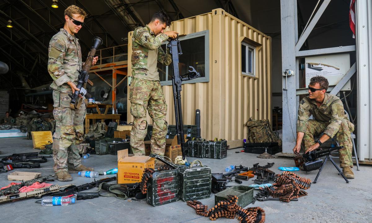 Lính Mỹ kiểm tra vũ khí trước khi vô hiệu hóa chúng ở sân bay Kabul hôm 25/8. Ảnh: US Army.