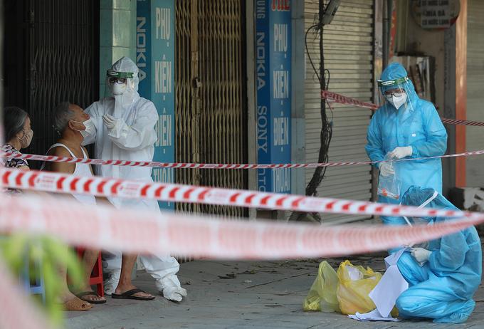 Lực lượng y tế lấy mẫu xét nghiệm cho người dân tại phường Thanh Xuân Trung, quận Thanh Xuân, hôm 26/8. Ảnh: Ngọc Thành