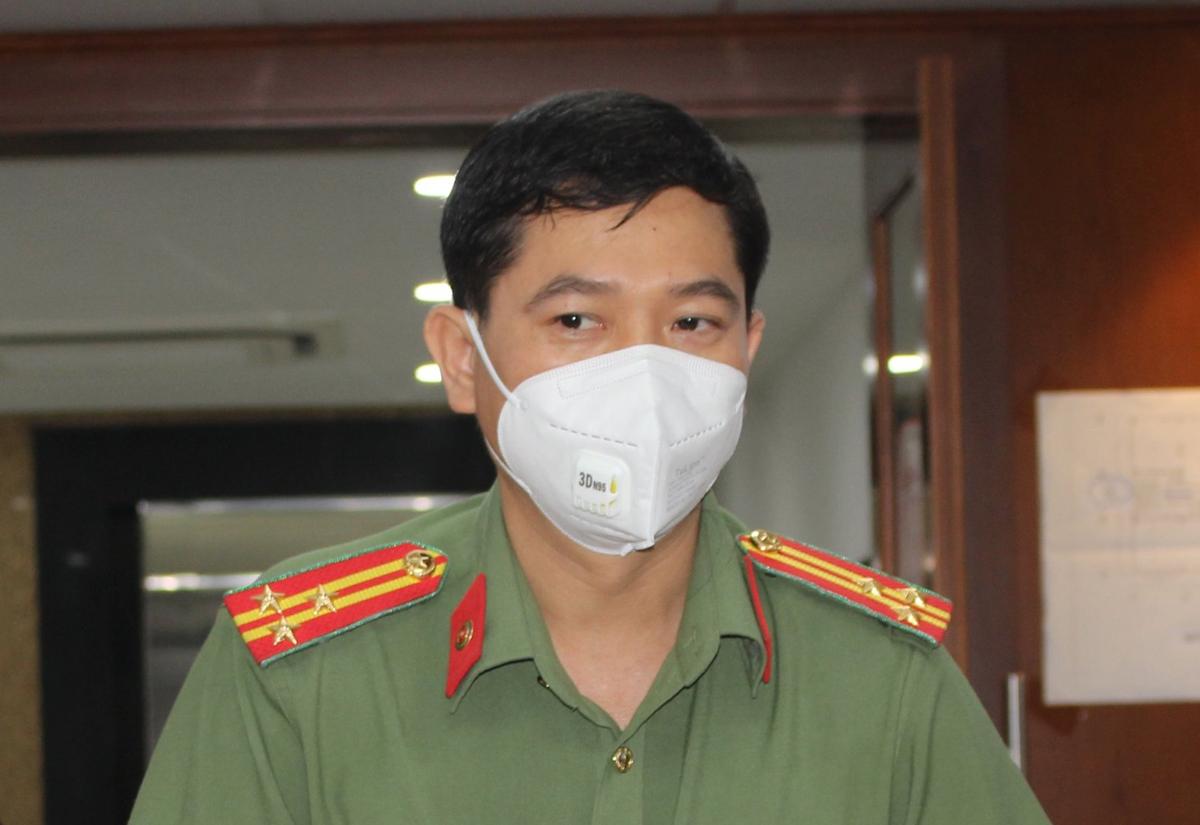 Thượng tá Lê Mạnh Hà, Phó phòng Tham mưu Công an TP HCM, nói về giấy đi đường tại họp báo thông tin công tác phòng chống Covid-19, chiều 28/8. Ảnh: Hạ Giang