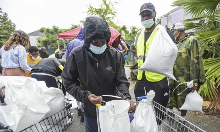 Người dân thành phố New Orleans, bang Louisiana, ngày 27/8 nhận các bao cát để gia cố nhà cửa chuẩn bị đón bão Ida. Ảnh: AP.