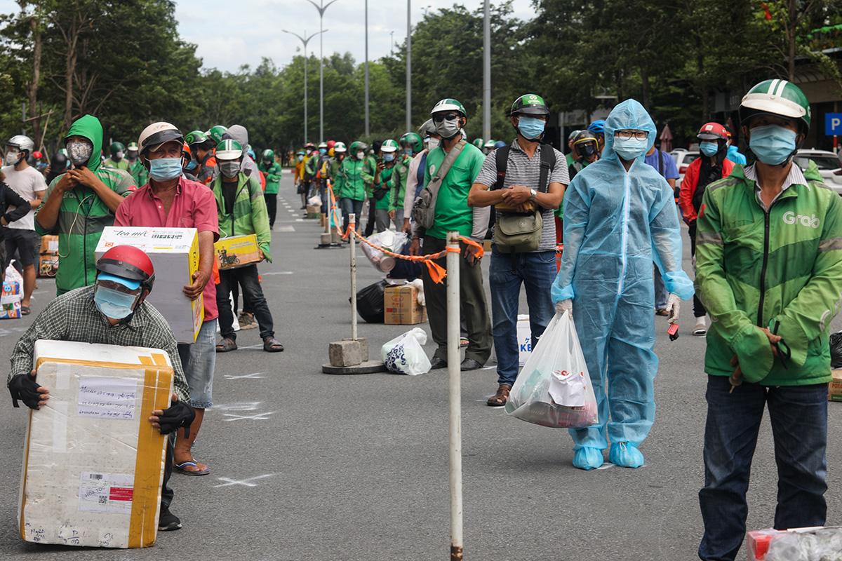 Lực lượng shipper giao hàng ở Bệnh viện dã chiến số 6, TP Thủ Đức, ngày 21/7. Ảnh: Thành Nguyễn