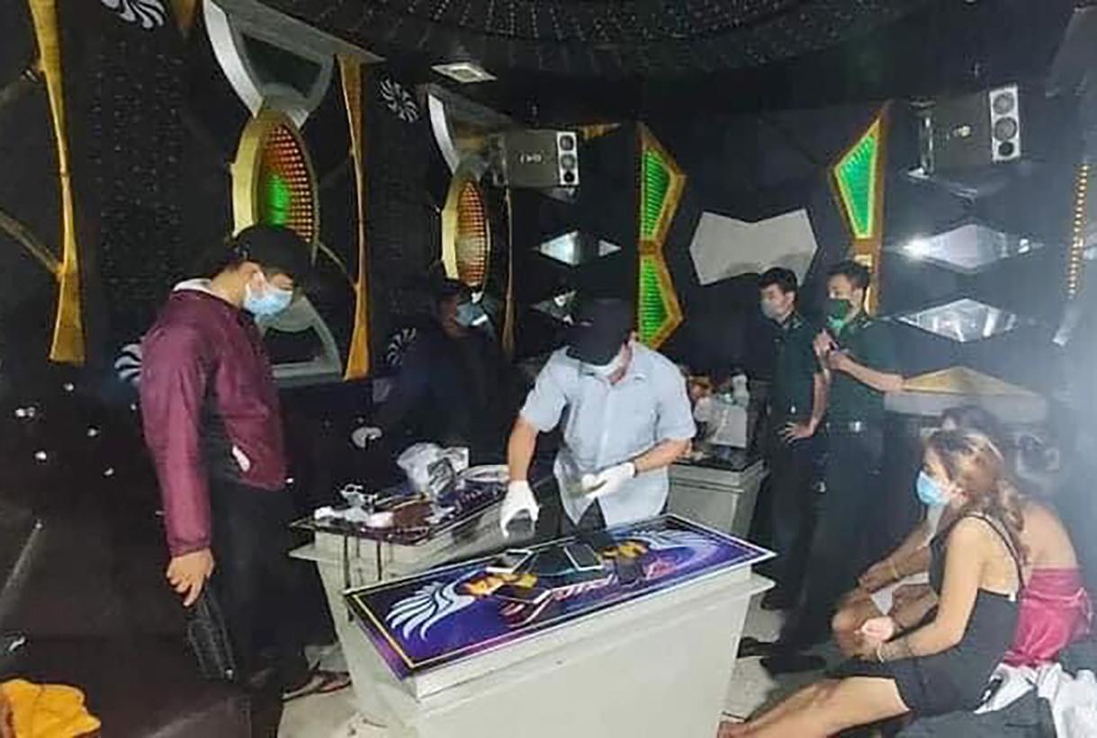 Ảnh: Các thanh niên nam nữ lúc bị bắt quả tang dùng ma tuý trong karaoke: Công an Quảng Ngãi