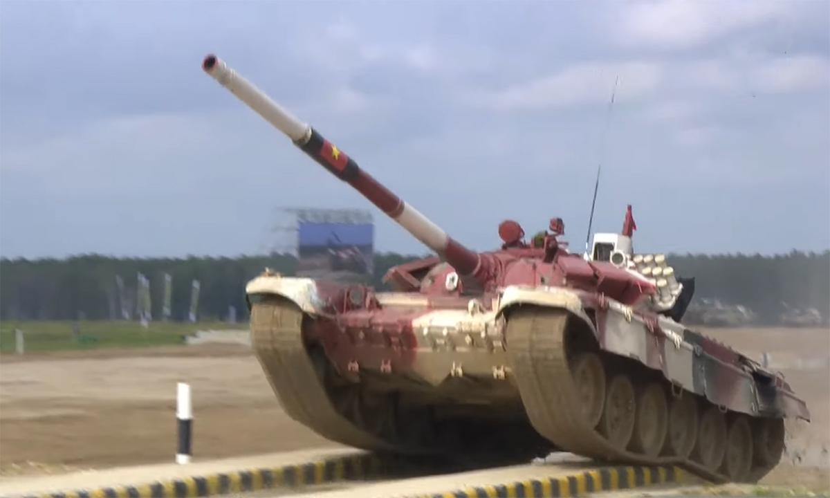 Xe tăng của kíp Việt Nam 2 vượt cầu vệt bằng trong trận đấu ngày 26/8 tại thao trường Alabino, Moskva. Ảnh chụp màn hình kênh Zvezda.
