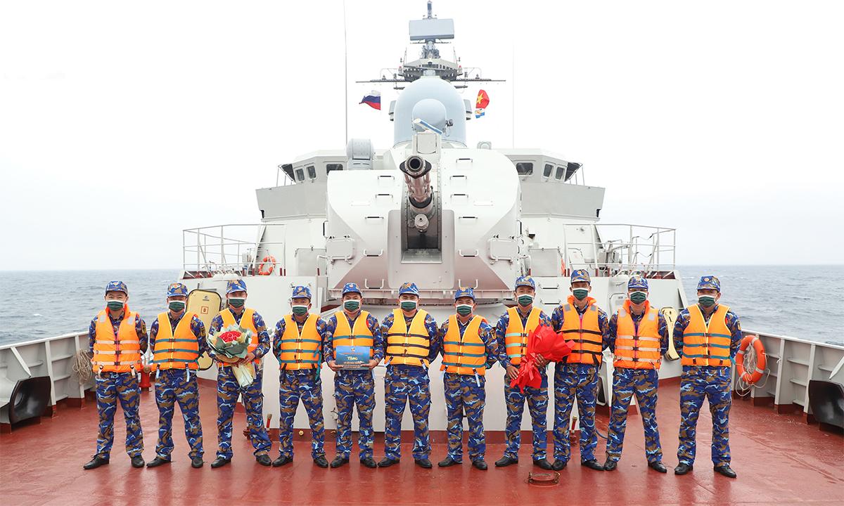 Cán bộ chiến sĩ hải quân Việt Nam trên tàu hộ vệ 016 Quang Trung ngày 24/8. Ảnh: QĐND.