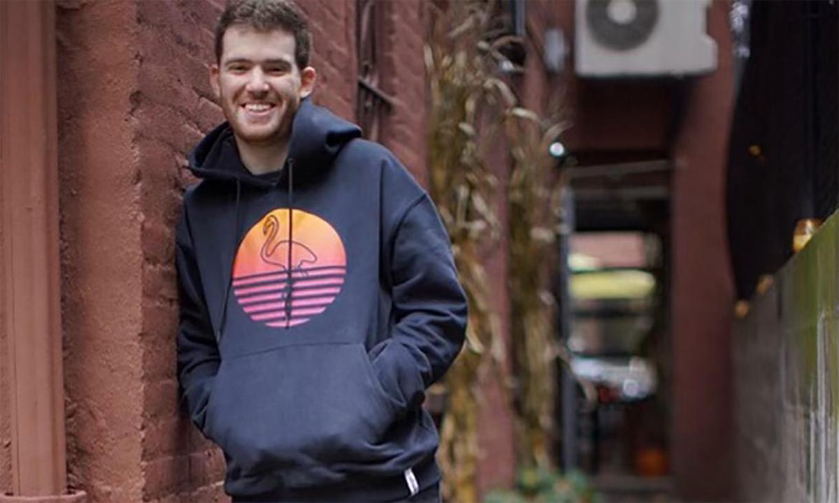Tommy Marcus đứng cạnh một ngôi nhà ở khu Brooklyn của New York, Mỹ tháng 11/2020. Ảnh: AP.
