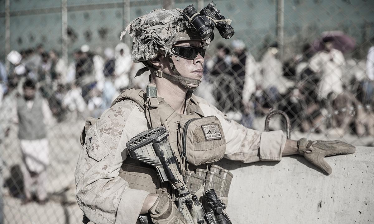 Một binh sĩ thủy quân lục chiến Mỹ tham gia đảm bảo an ninh tại sân bay Hamid Karzai ở thủ đô Kabul, Afghanistan ngày 26/8. Ảnh: USMC.