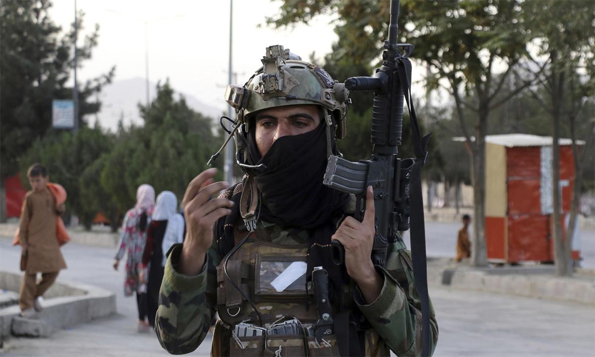 Tay súng Taliban đứng gác tại một chốt an ninh bên ngoài sân bay Kabul ngày 28/8. Ảnh: AP.