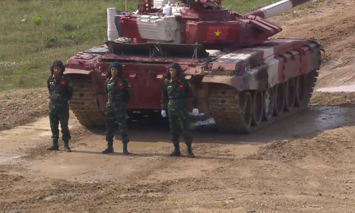 Kíp VN3 đứng trước tăng chủ lực T-72B3. Ảnh chụp màn hình kênh Zvezda.