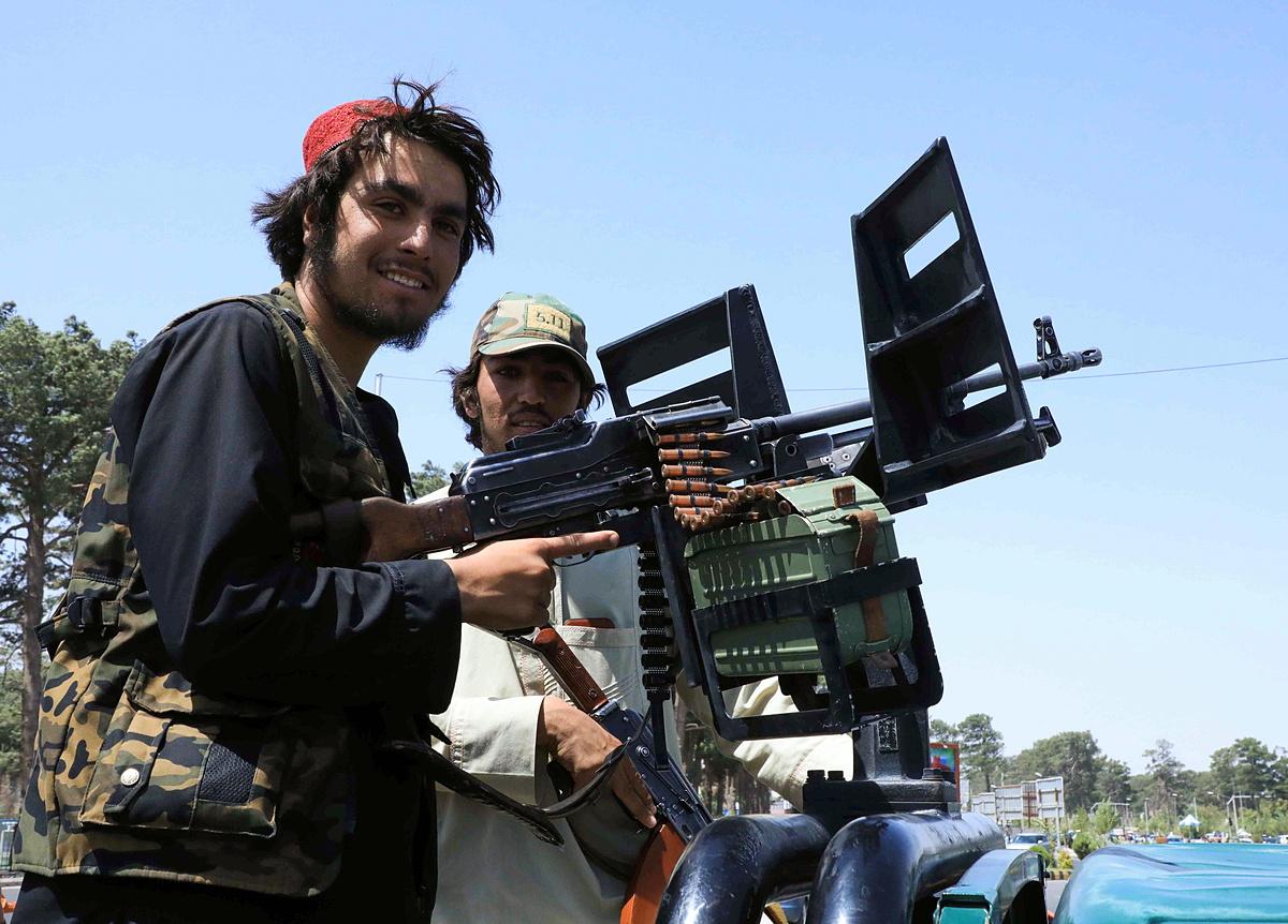 Chiến binh Taliban tuần tra tại Herat đầu tháng 8. Ảnh: Reuters.