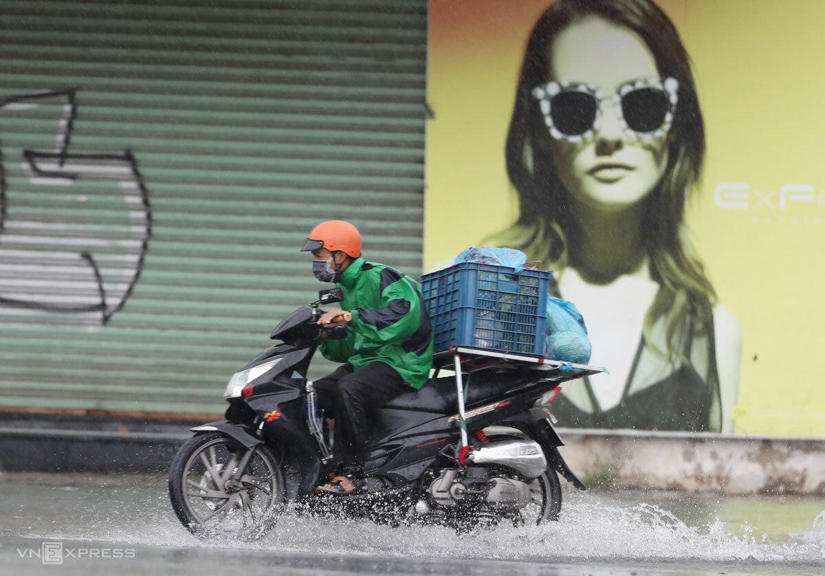 Người giao hàng trên đường phố TP HCM, tháng 7/2021. Ảnh: Đức Đồng
