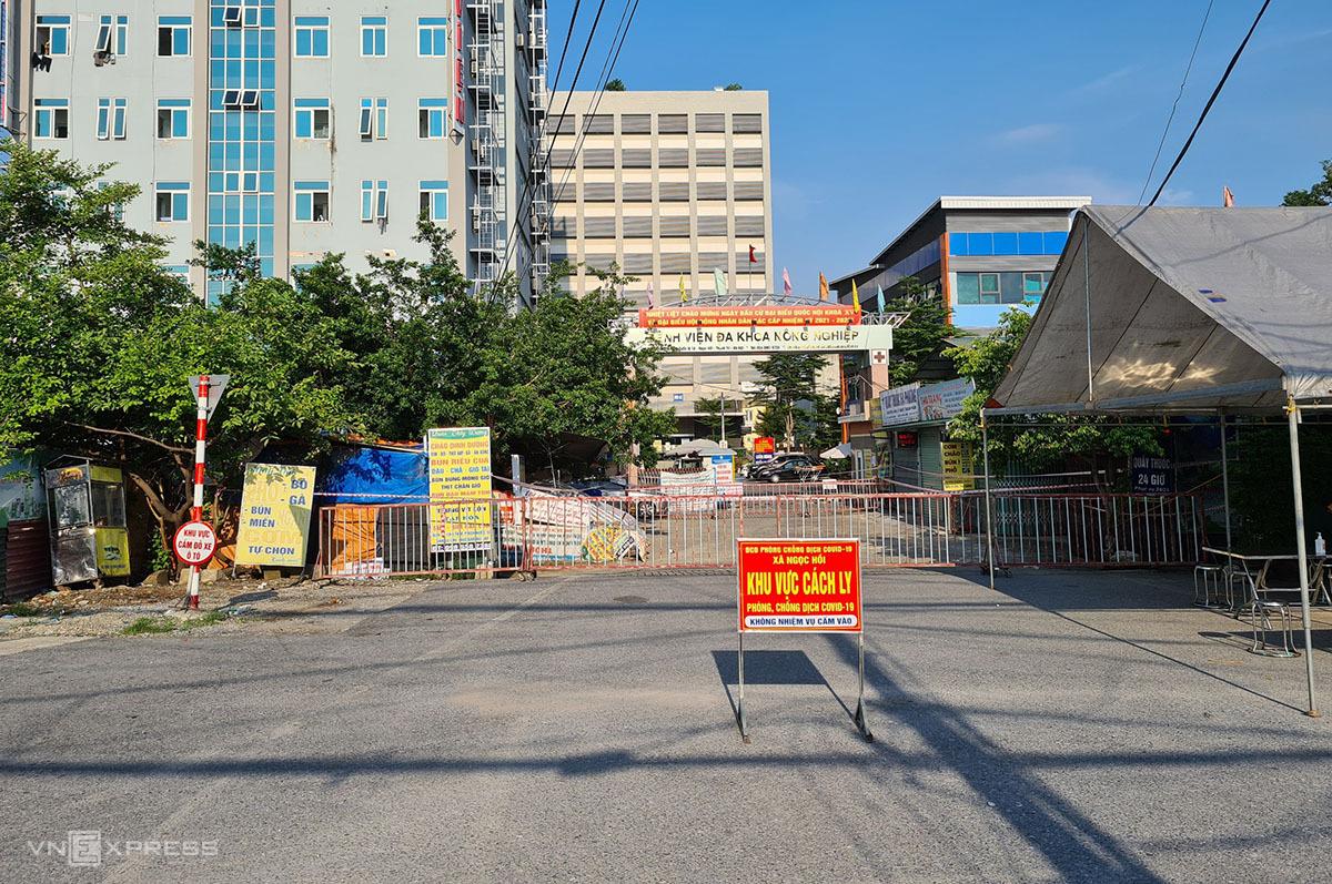Cổng Bệnh viện đa khoa Nông nghiệp, đường Ngọc Hồi, huyện Thanh Trì chiều 29/8. Ảnh: Tất Định.