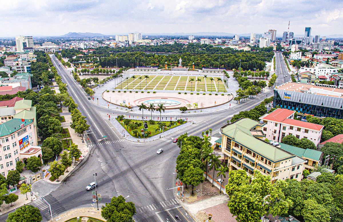 Một góc trung tâm thành phố Vinh thưa thớt phương tiện giao thông trong những ngày ai ở đâu thì ở đó. Ảnh: Quang Vinh
