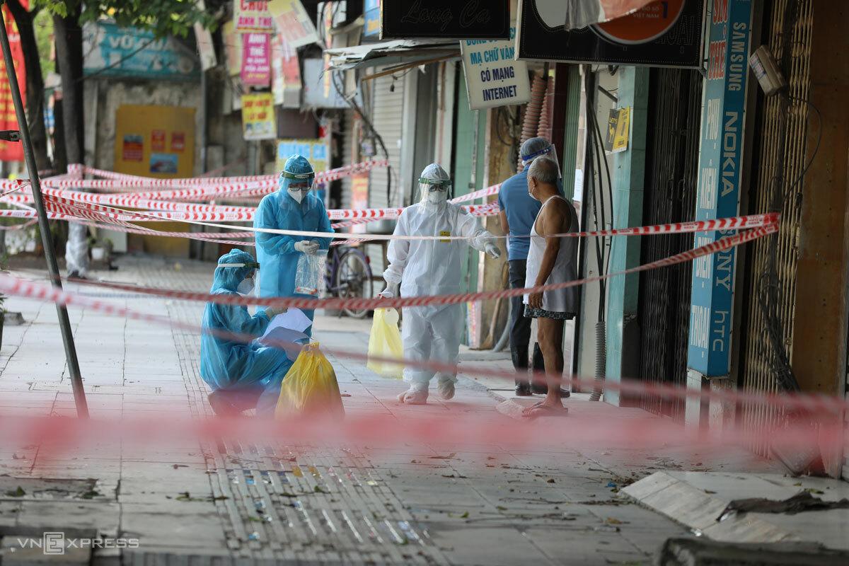 Lực lượng y tế truy vết nhằm bóc tách F0 ra khỏi ổ dịch Thanh Xuân Trung, Hà Nội, tháng 8/2021. Ảnh: Ngọc Thành