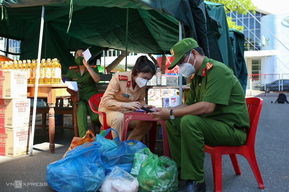 Công an Đà Nẵng chốt đơn trước khi giao lương thực, thực phẩm về tổ dân phố chuyển cho người dân, ngày 28/8. Ảnh: Nguyễn Đông