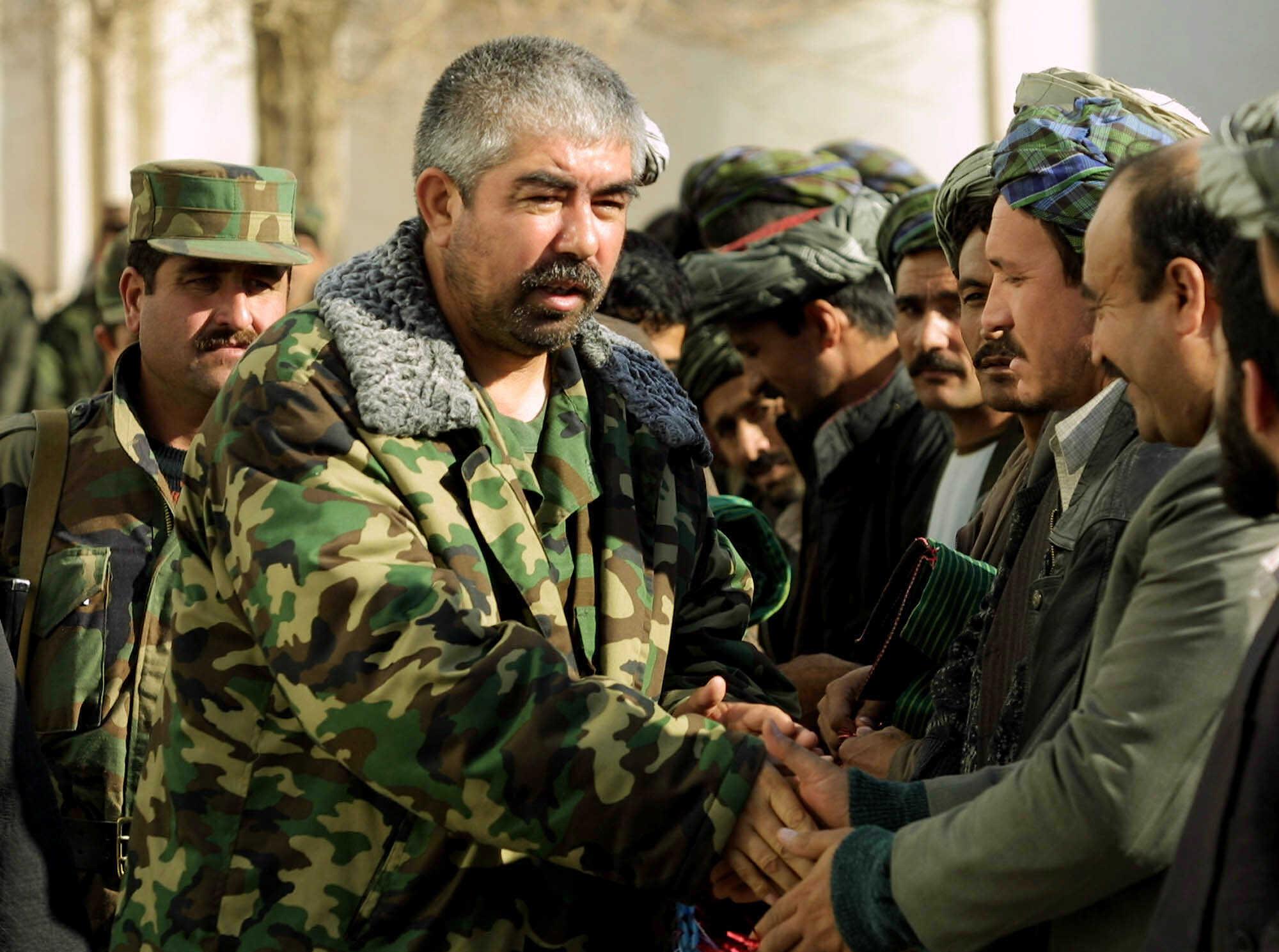 Tướng Abdul Rashid Dostum gặp người dân Mazar-i Sharrif vào tháng 12/2001, sau khi giữ chức Thứ trưởng Bộ Quốc phòng Afghanistan. Ảnh: AP.