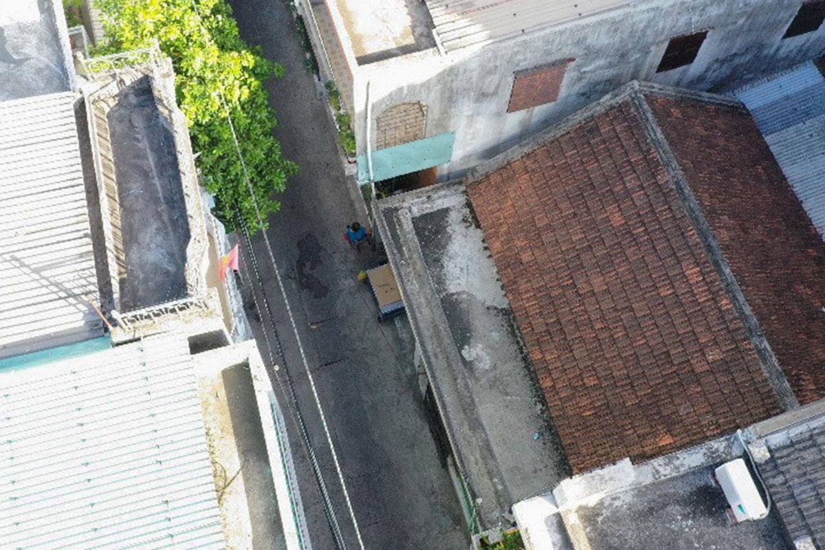 Hình ảnh một người dân ra khỏi nhà được fycam ghi lại. Ảnh: UBND quận Hải Châu cung cấp.