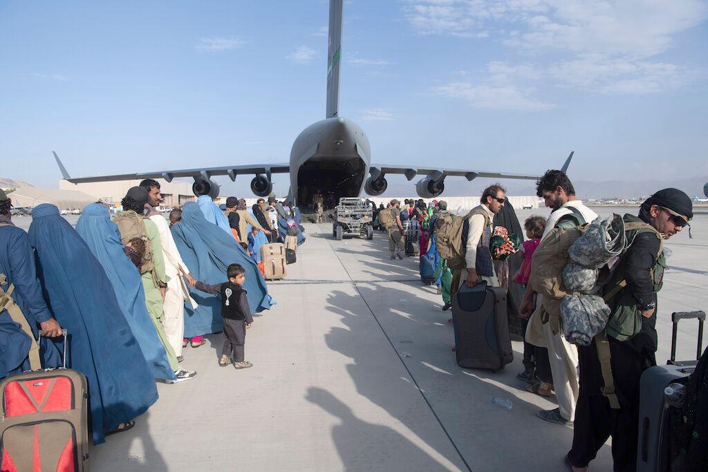 Hành khách lên vận tải cơ C-17 của không quân Mỹ tại sân bay quốc tế Hamid Karzai để rời Afghanistan ngày 24/8. Ảnh: AFP.