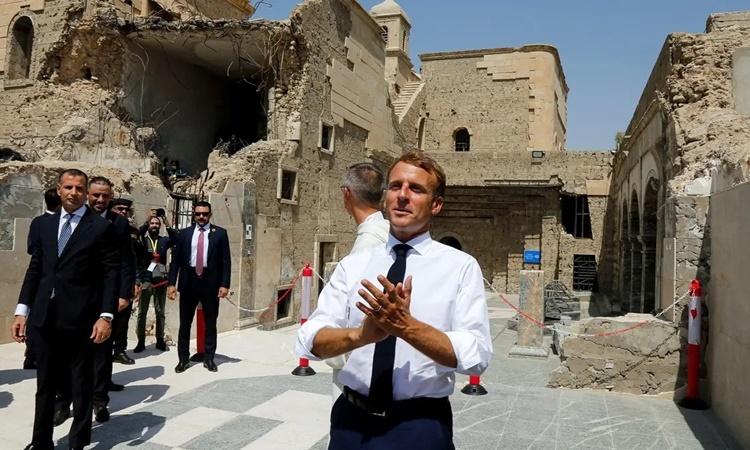 Tổng thống Pháp Emmanuel Macron thăm nhà thờ Al-Saah ở Thành Cổ của Mosul, Iraq, ngày 29/8. Ảnh: Reuters.