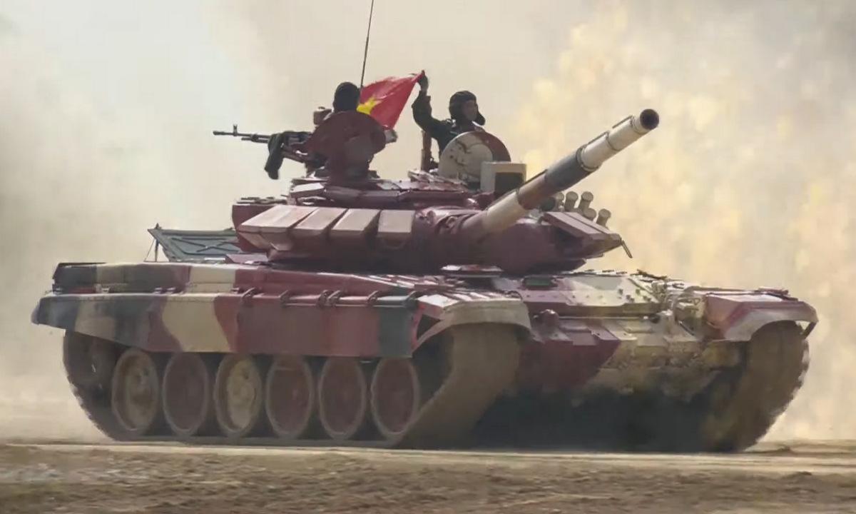 Kíp xe VN3 di chuyển qua lễ đài sau khi về đích.Ảnh chụp màn hình kênh YouTube của BQP Nga.