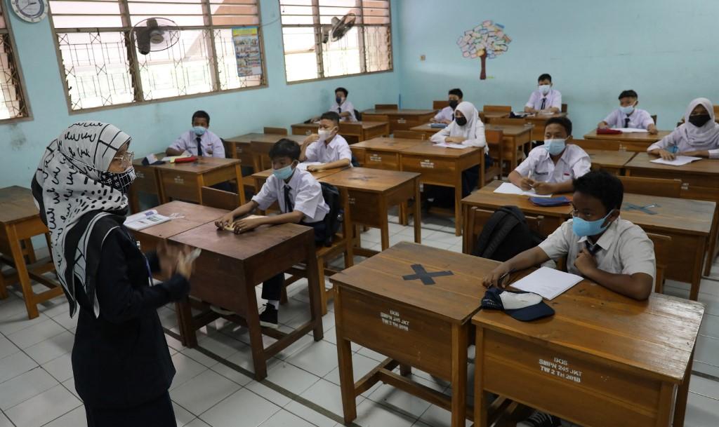 Học sinh tới trường ở Jakarta hôm 30/8. Ảnh: AFP