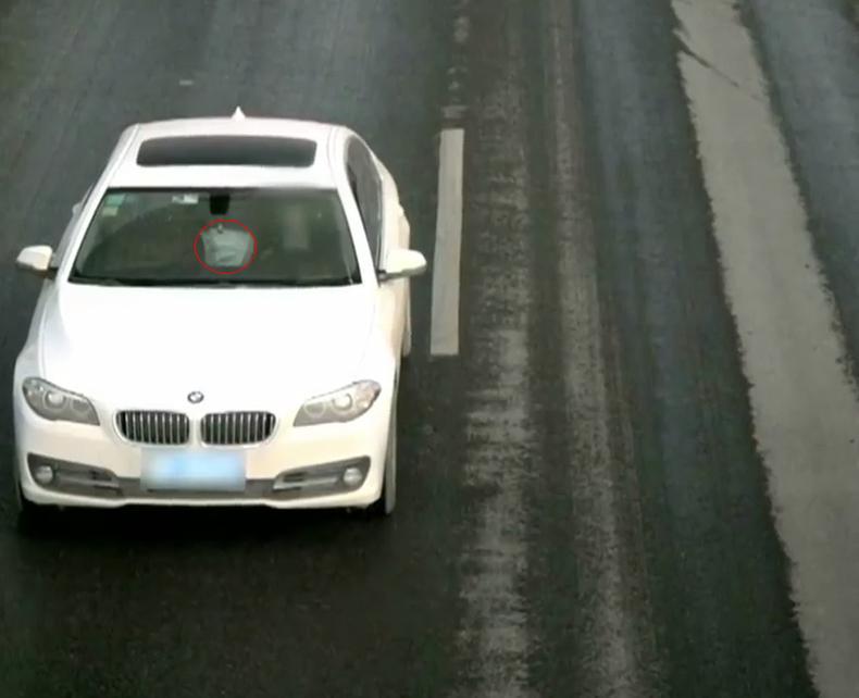 Camera giao thông ghi được hình ảnh ôtô Thành cầm lái có chiếc áo khoác màu trắng của Nguyệt. Ảnh: CCTV12