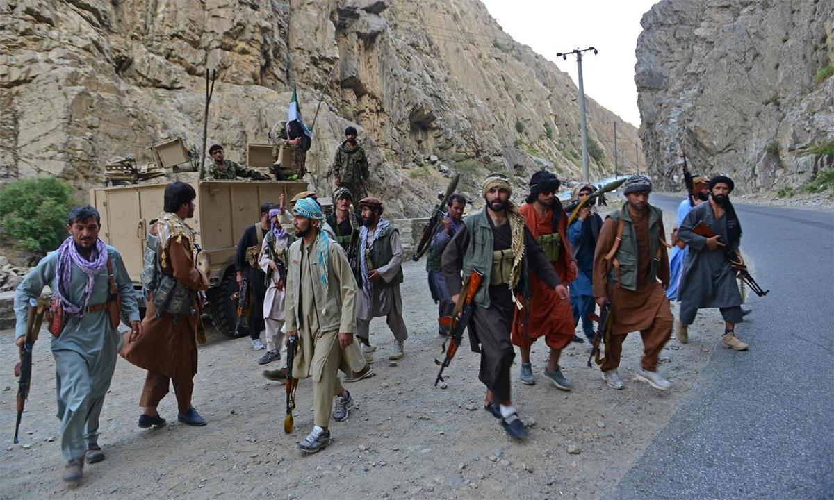 Phe kháng chiến tuần tra tại một còn đường ở tỉnh Panjshir, Afghanistan ngày 29/8. Ảnh: AFP.