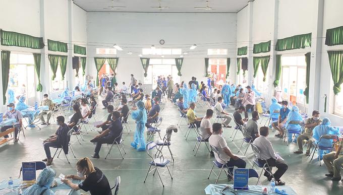 Công nhân, người dân được tiêm chủng tại Nhà văn hóa thể thao Bình Hòa (thành phố Thuận An, Bình Dương) sáng 5/8. Ảnh: VNVC.