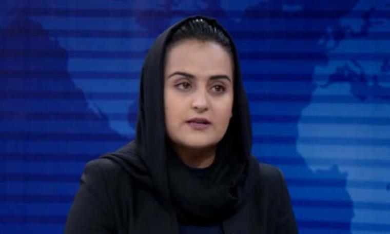 Nữ nhà báo Beheshta Arghand (trái) và người phát ngôn Taliban Mawlawi Abdulhaq Hemad trong cuộc phỏng vấn trên truyền hình hôm 17/8. Ảnh: TOLO News
