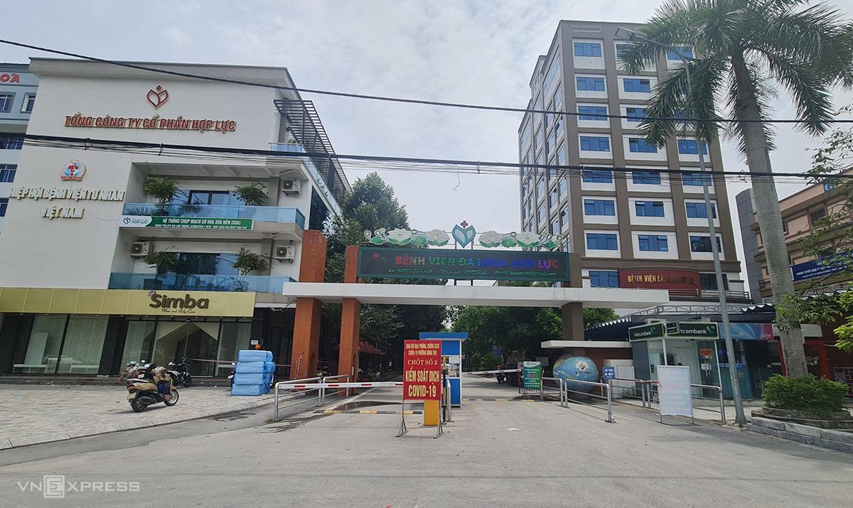 Cổng vào Bệnh viện Hợp Lực được lực lượng chức năng lập chốt, kiểm soát chặt chẽ chiều 30/8. Ảnh: Lê Hoàng.