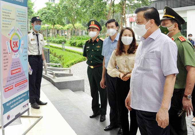 Bí thư Thành ủy Hà Nội Đinh Tiến Dũng kiểm tra công tác phòng, chống dịch Covid-19 tại Khu đô thị Times City (quận Hoàng Mai), hôm 10/8. Ảnh: Viết Thành.