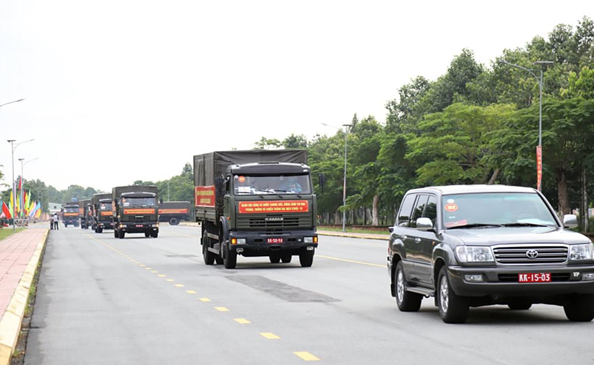 Đoàn xe chở hàng trên đường ra khỏi Cần Thơ để về TP HCM ngày 30/8. Ảnh: Hưng Lợi