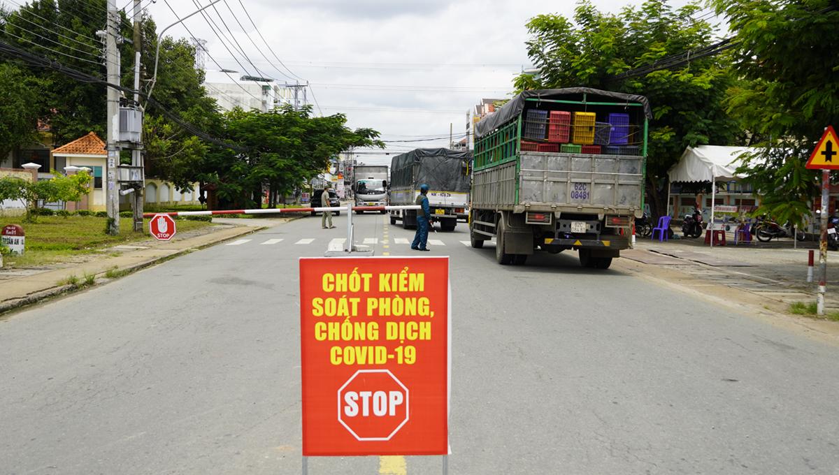 Chốt kiểm soát tại quốc lộ 62, phường 2, TP Tân An ngày 23/8. Ảnh:Hoàng Nam