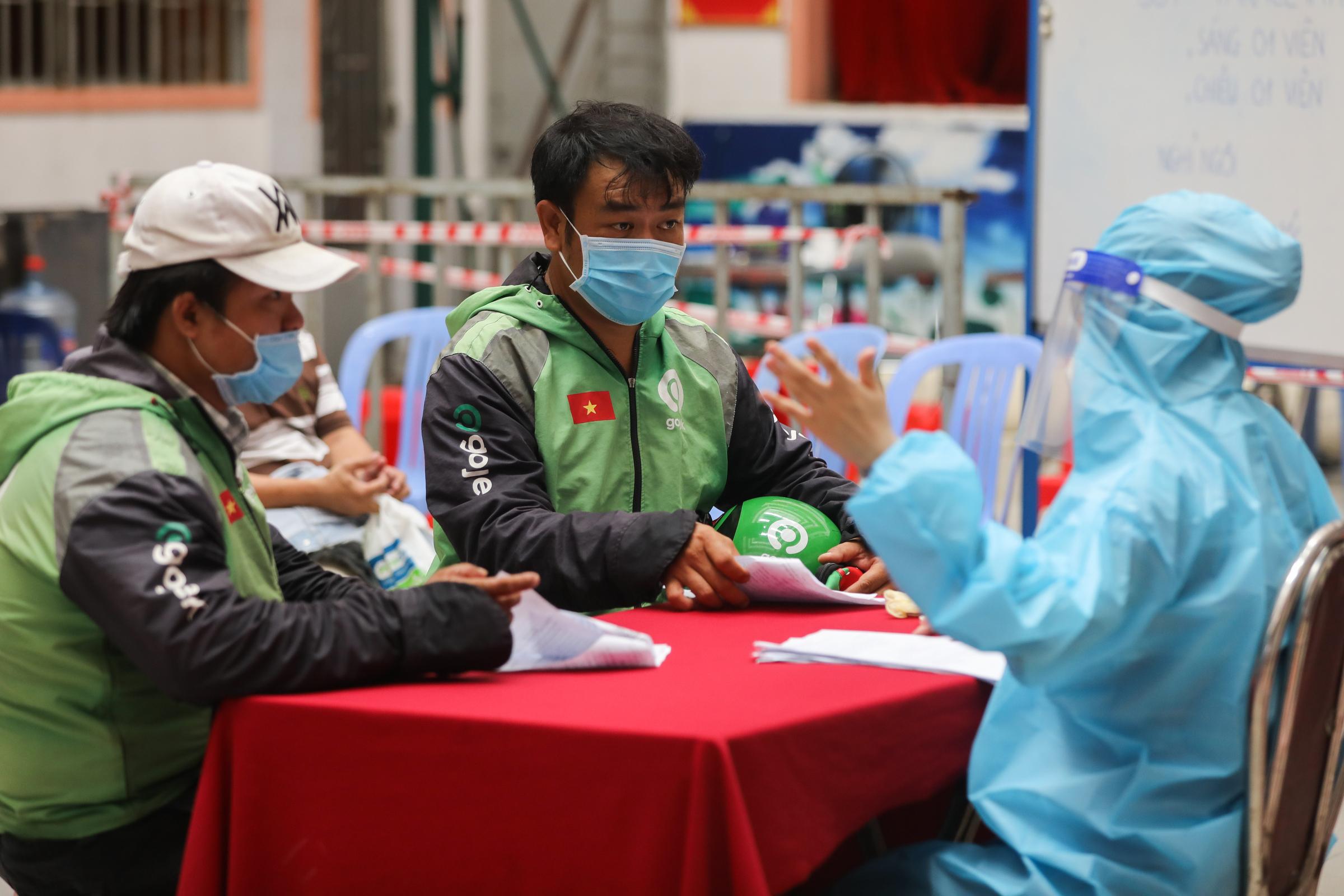 Người dân và shipper tiêm vaccine tại điểm tiêm ở quận 11, ngày 2/8. Ảnh: Quỳnh Trần