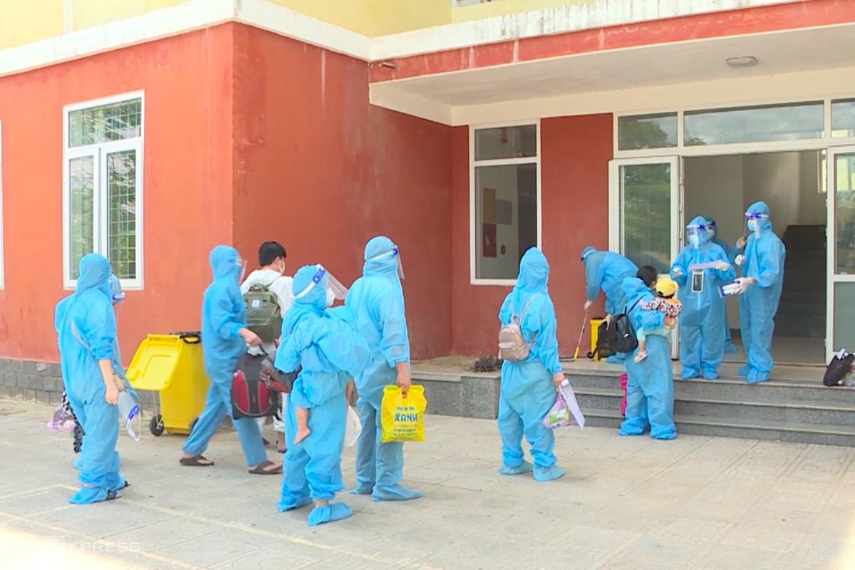 Người dân được đón về khu cách ly tập trung ở TP Đồng Hới. Ảnh: Nguyễn Hoàng
