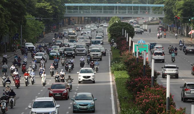 Dòng phương tiện trên đường Nguyễn Chí Thanh (quận Đống Đa) lúc 7h ngày 16/8. Ảnh; Ngọc Thành.