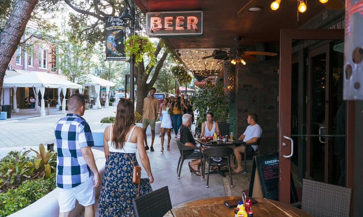Mọi người không đeo khẩu trang tại một khu phố ở West Palm Beach, bang Florida cuối tuần trước. Ảnh: NYTimes.