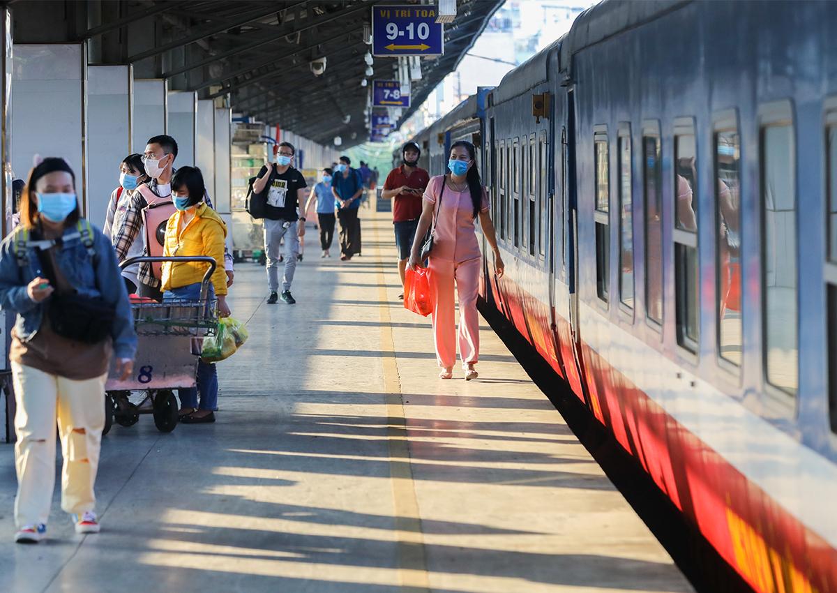 Hành khách đi tàu tại ga Sài Gòn tháng 2/2021. Ảnh: Quỳnh Trần.