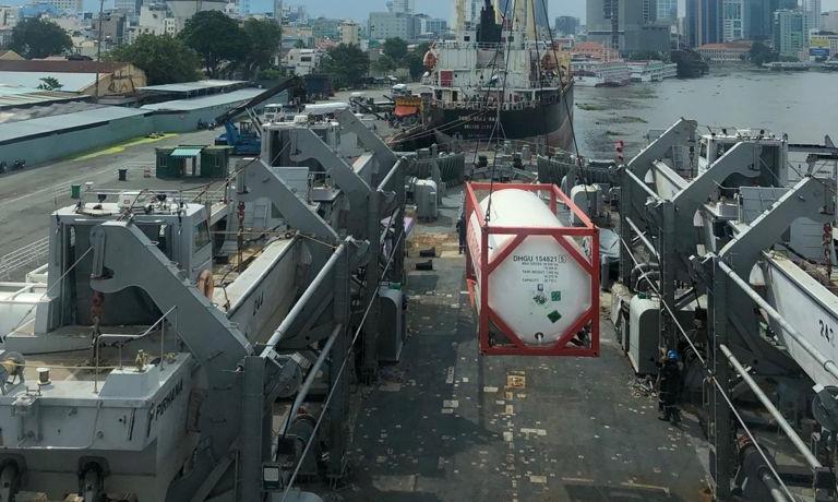 Thùng chứa oxy lỏng được chuyển từ INS Airavat xuống cảng tại TP HCM hôm 30/8. Ảnh: PIB.