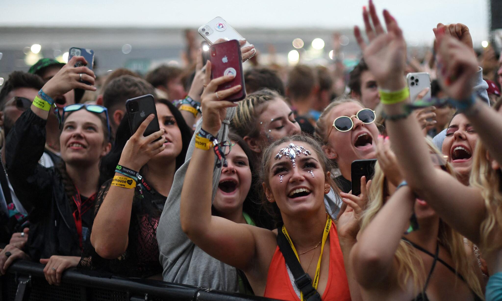 Các khán giả tại một lễ hội âm nhạc ở thành phố Reading, Anh, hôm 27/8. Ảnh: AFP.