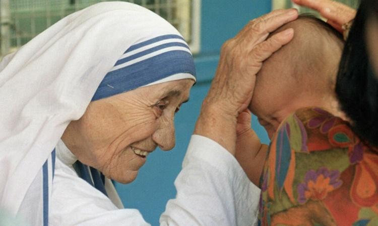 Mẹ Teresa ban phước cho một em nhỏ ở Singapore ngày 20/10/1993. Ảnh: AFP.