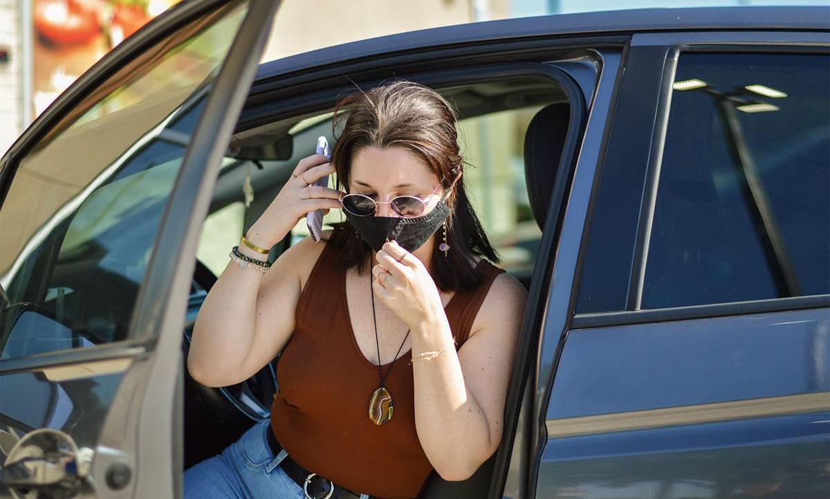 Emma Carpenter đi giao hàng ở thành phố Denton, bang Texas. Ảnh: Denton Record-Chronicle.